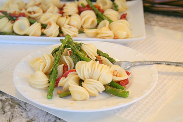 asparagus pasta with sun dried tomatoes and pine nuts