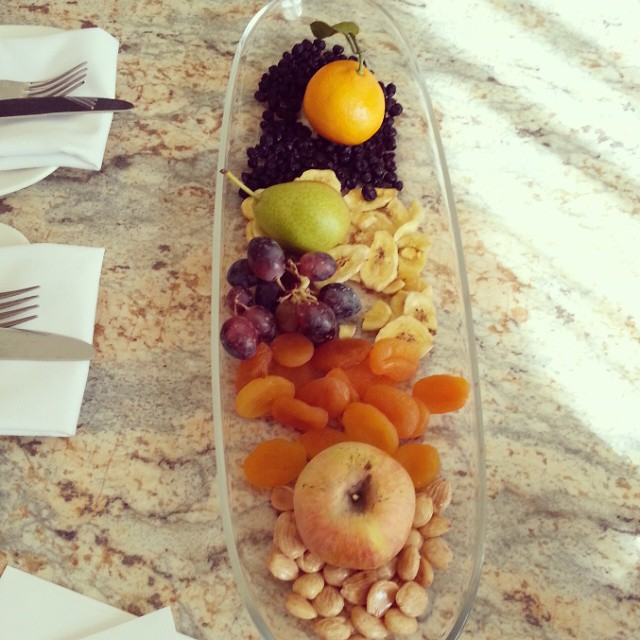 A beautiful welcoming! @omnilacosta #TMSCarlsbad #familytravel #fruit #snacks
