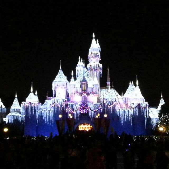 Ok...this is the look we are going for on our house this year... I wish! #disneyholidays #Disneyland #Disney
