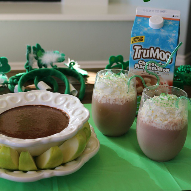 We just had our monthly movie night with @TruMoo There was yummy chocolate dip and lot's of St. Patrick's Day fun! #ontheblogtoday #ad #TruMoo #tryithot #chocolatemarshmallow