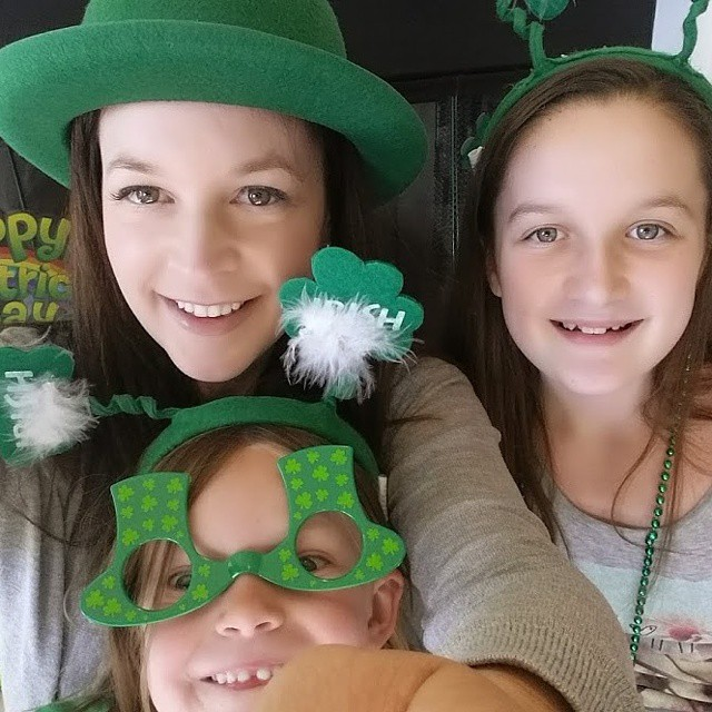 Happy St. Patrick's Day! May the luck of the Irish be with you! ♡♡♡ This is our #Lifehappens entry for the @rescueremedyusa photo challenge #StressLess2BMyBest #sponsored #Stpatricksday #family #fun #DontForgetToWearGreen