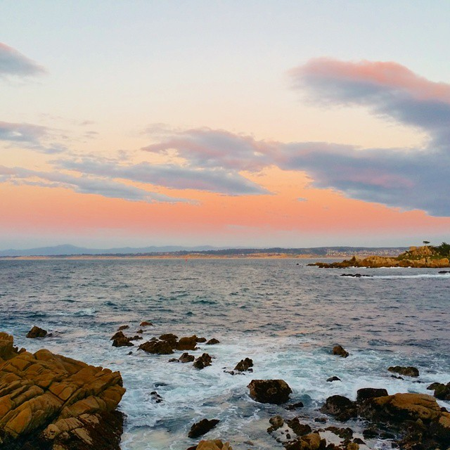 It's almost sumer road trip time... we'll be heading up the coast of California soon (to see this view again)... so I put together a list of my 5 best road tirip tips on my blog (link in profile ). ♡♡♡♡♡ #familytravel #travel #beach #dusk #monterey #pacificgrove #nature #water #waves #ocean #ad