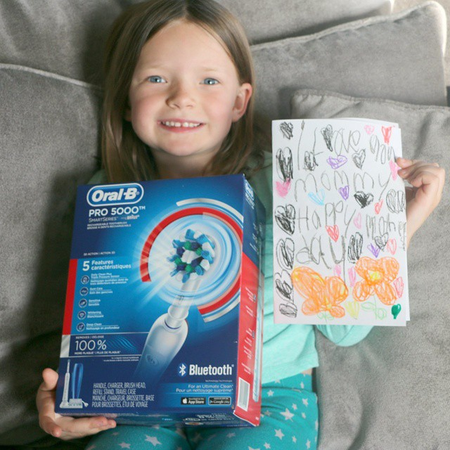 Looking for a fun and unique Mother's Day gift? We found it with @oralb And to make it even more special my little one colors on white paper and we use that to wrap it! #oralb #ad