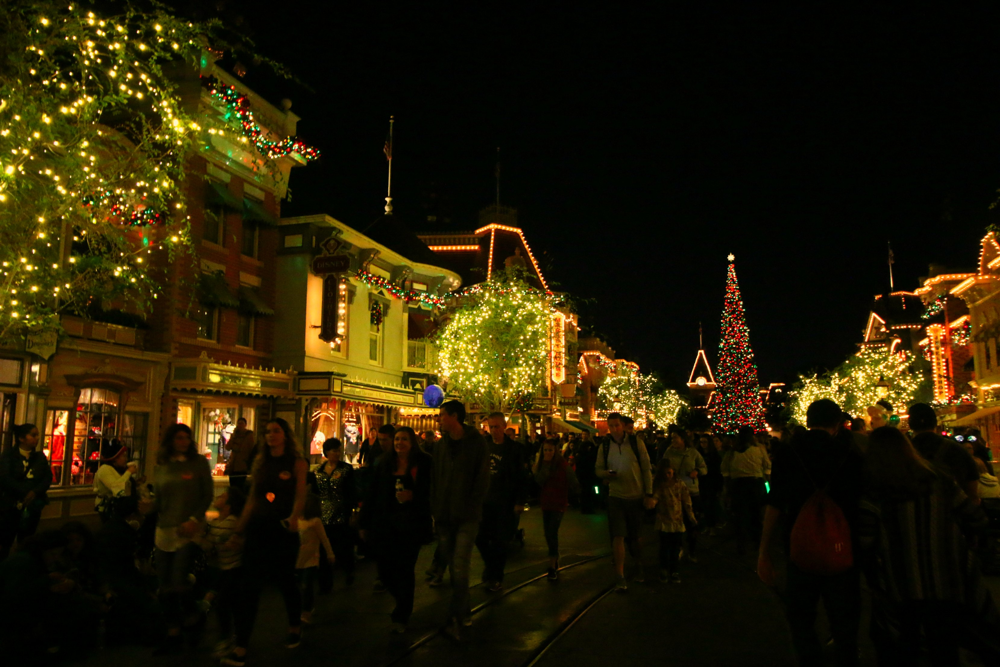 main-st-usa-disneyland-decorated-for-the-holidays