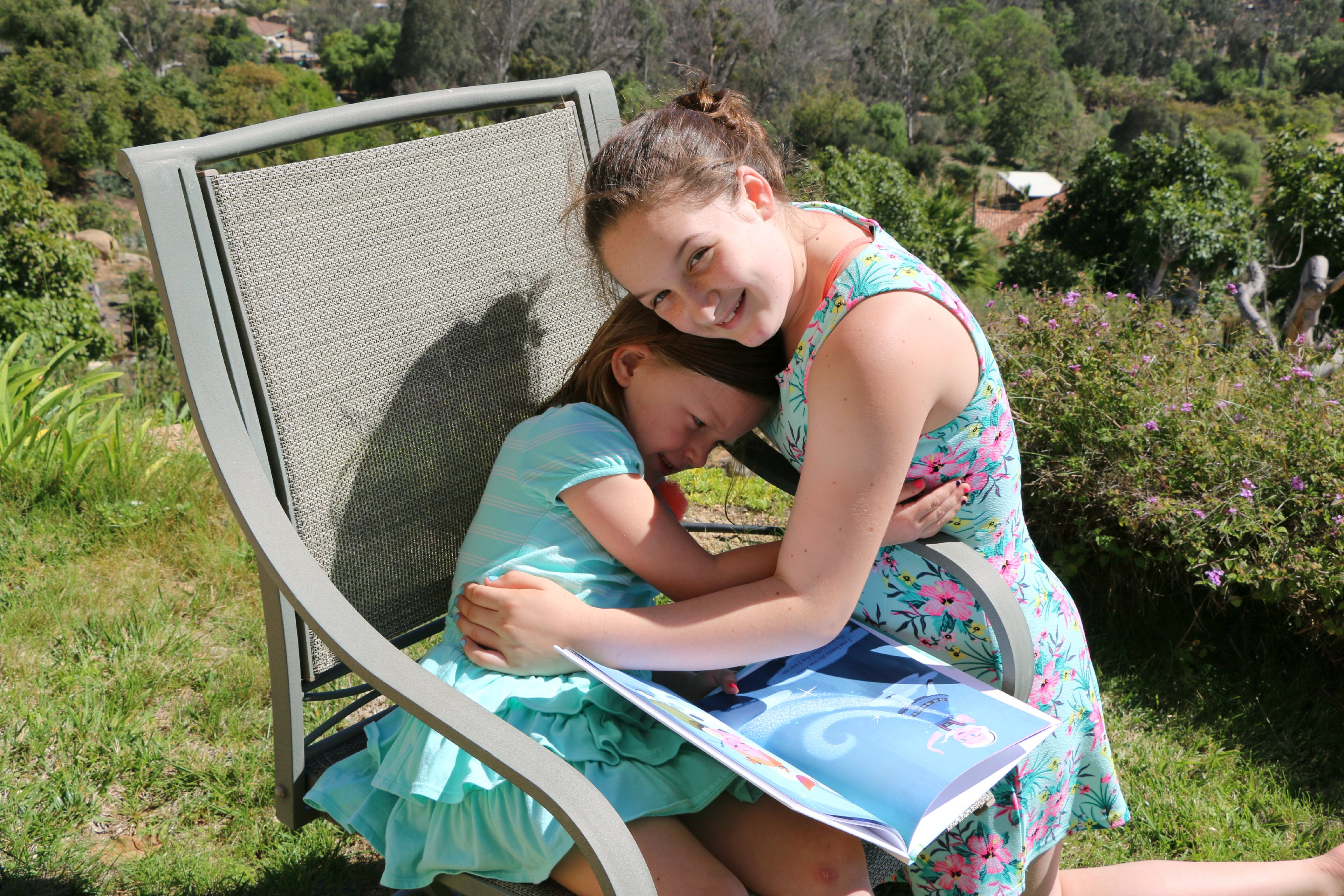 reading books together sisters