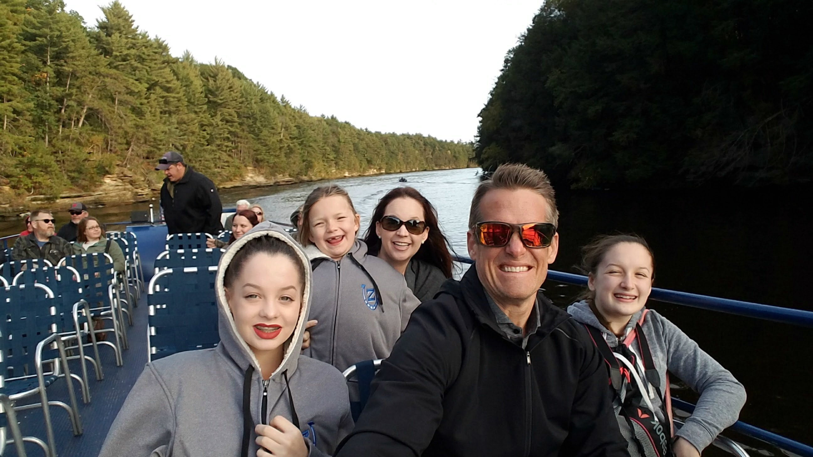 family-boat-ride-in-the-dells